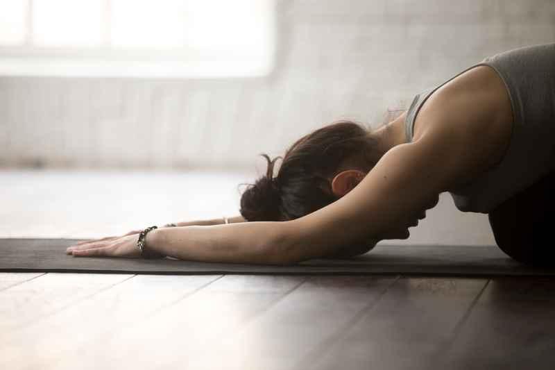 Kvinde liggende yoga pose.jpg