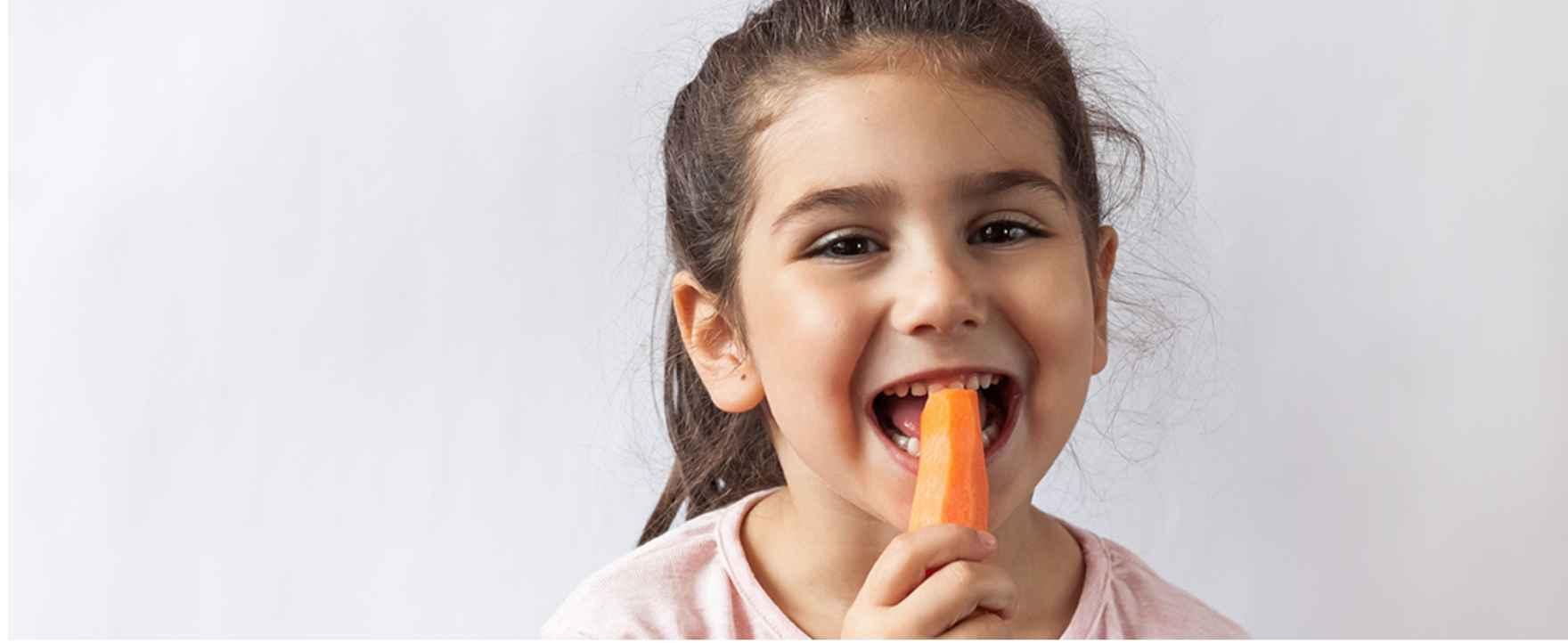 pige spiser gulerod
