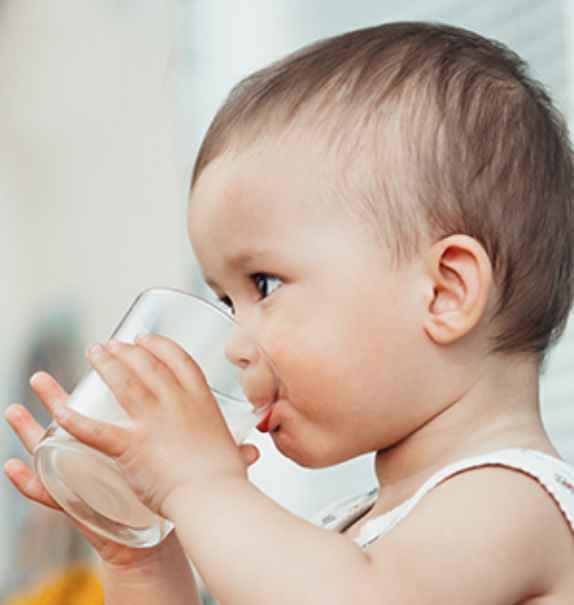 baby drikker