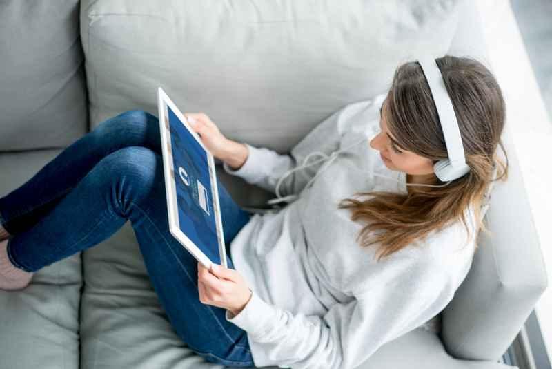 Kvinde med tablet i sofa.jpg