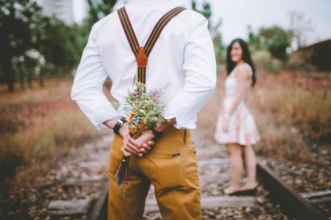 mann med blomsterbukett på ryggen retroinntrykk