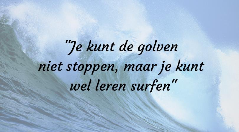 We kunnen de golven niet stoppen, maar we kunnen wel leren surfen.png