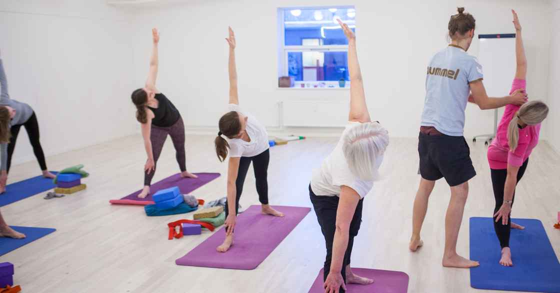 Nikolaj undervisser begynderhold Ashtanga Yoga.jpg