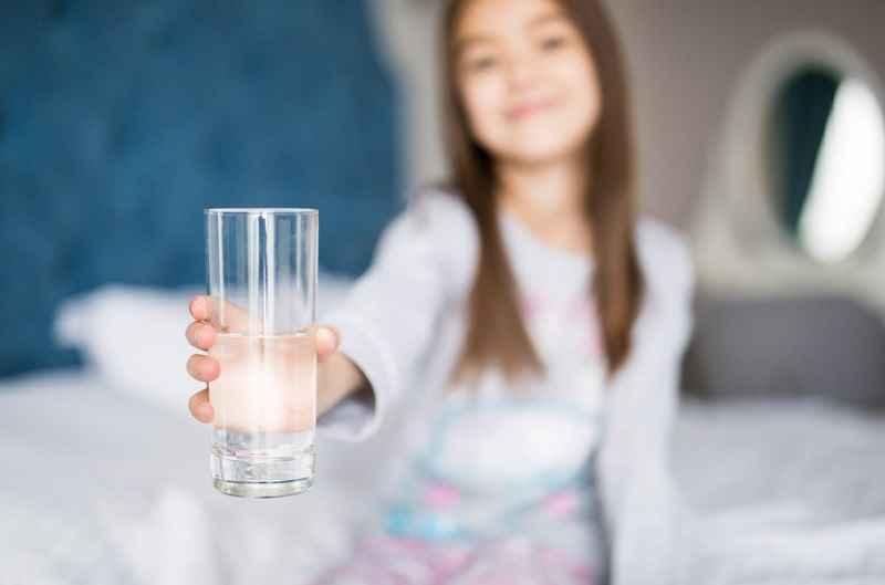Pige-med-glas-sengetid.jpg