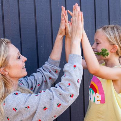 Mor og Ellie high five.png