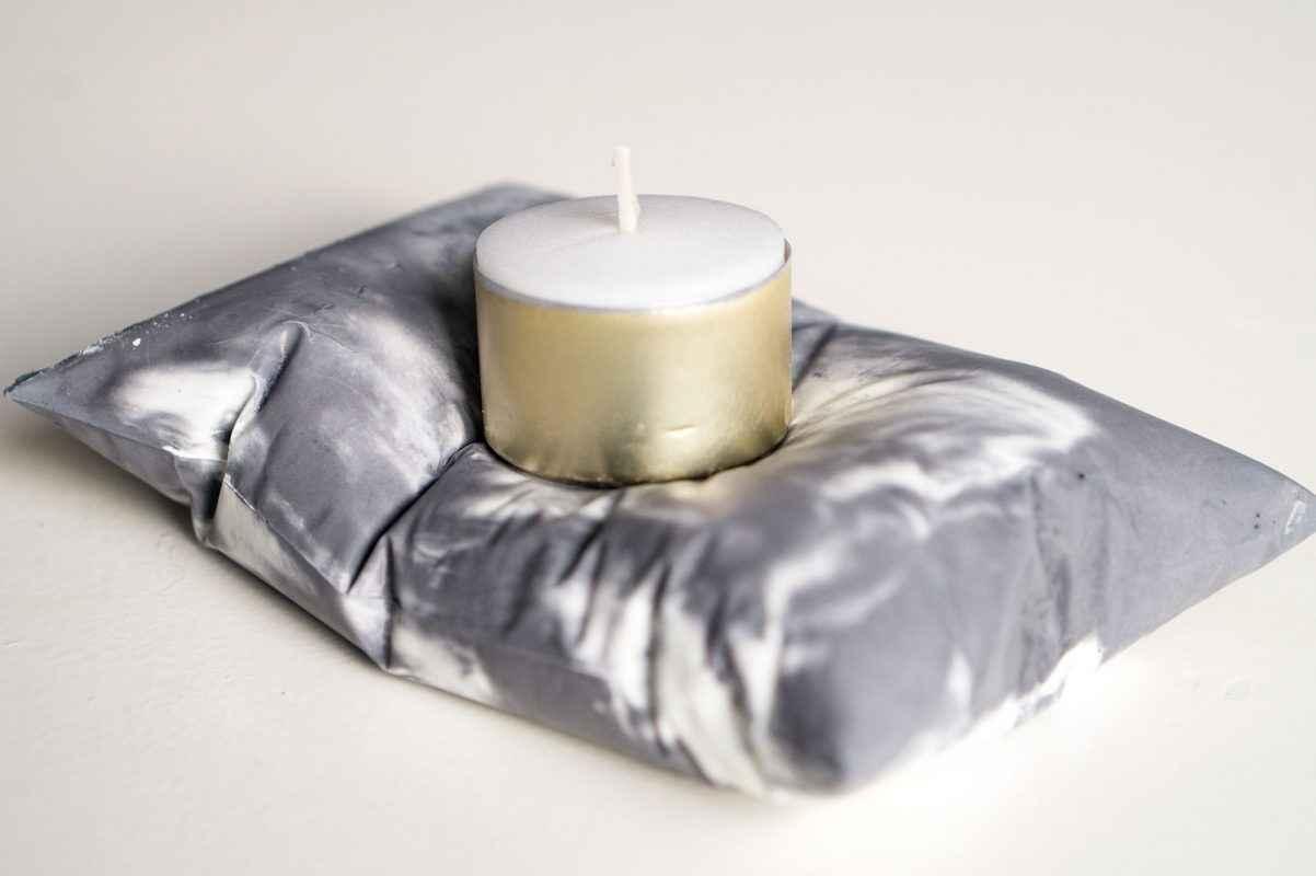 Zelf cement kussentjes maken om te gebruiken als theelichthouder