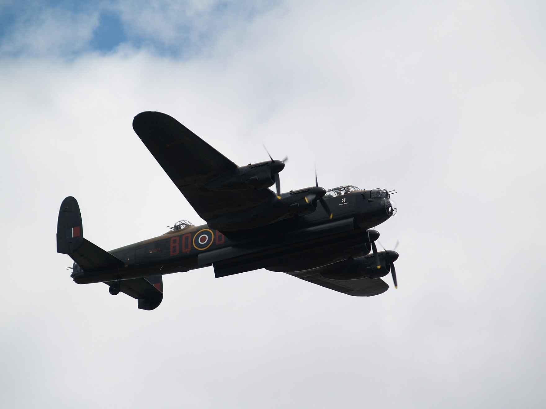 bomber-429985_1920.jpg