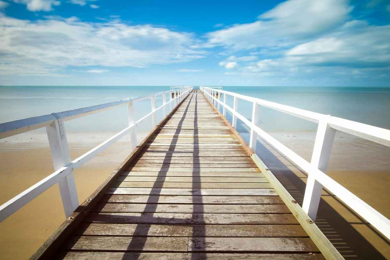 Smuk bro, lys strand og vand.jpg