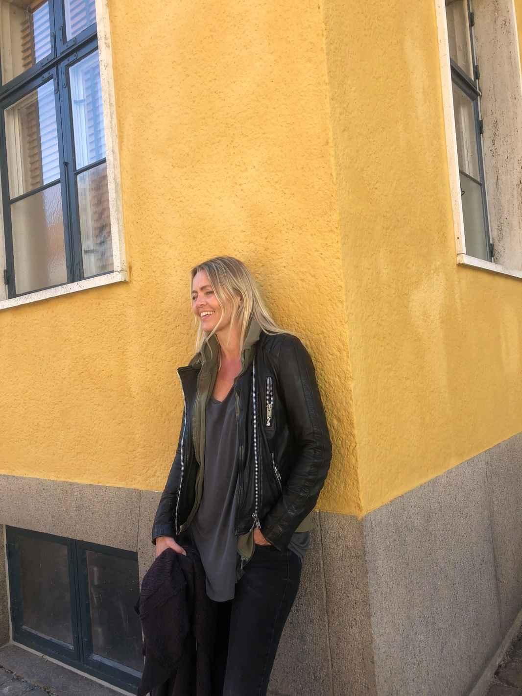 Pia gul væg kigger ned smiler.jpg