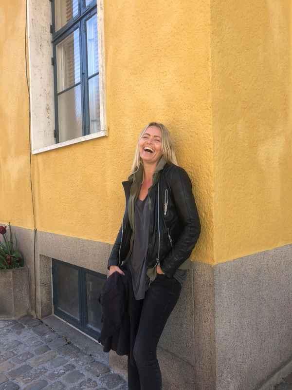 Pia gul væg stort smil.jpg
