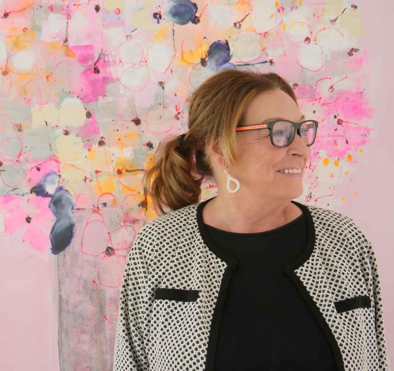 Anne-Grethe-Kjelland-foran-rosa-tre-edited.jpg