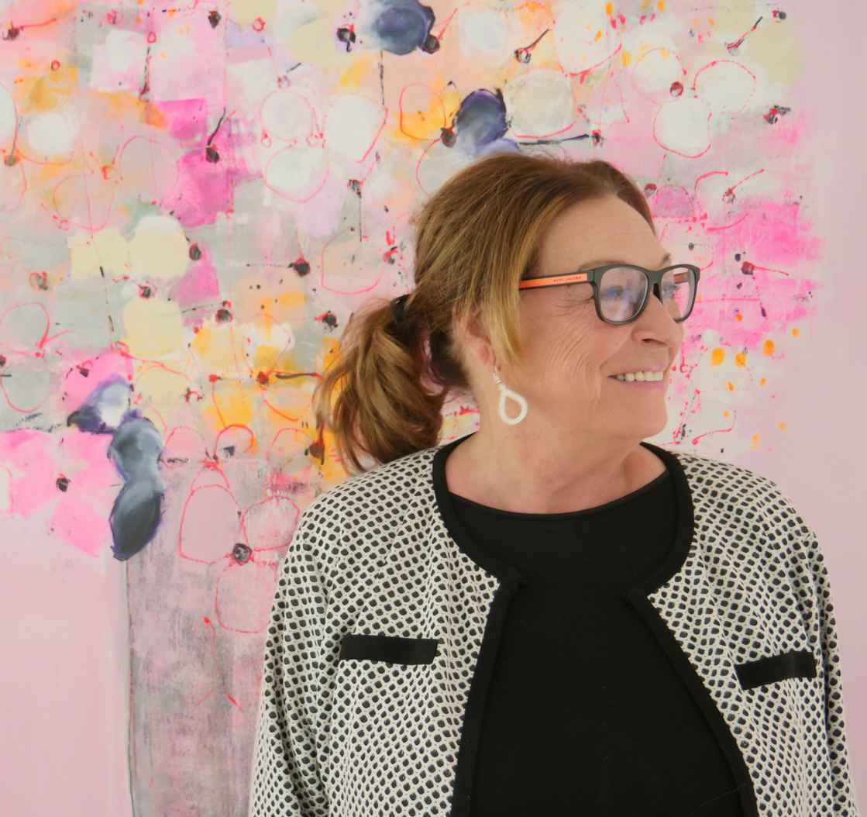 Anne-Grethe-Kjelland-foran-rosa-tre-edited