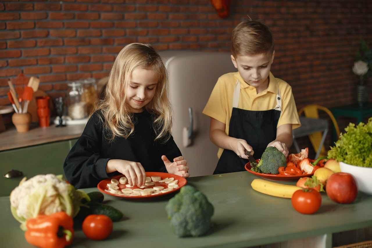children-slicing-vegetables-3984714.jpg
