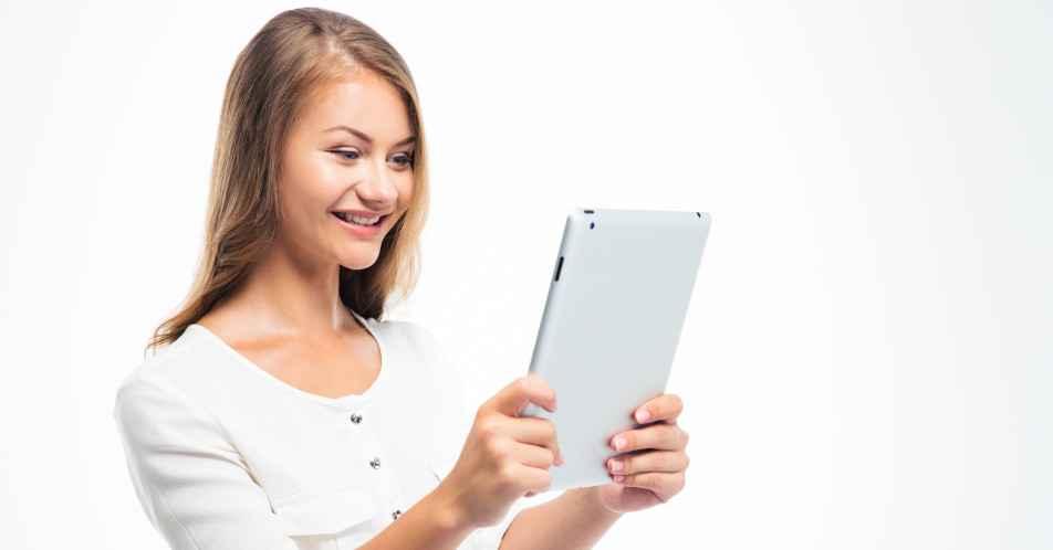 1104-online-materiale-kvinde-med-tablet-karina-bundgaard-952x498
