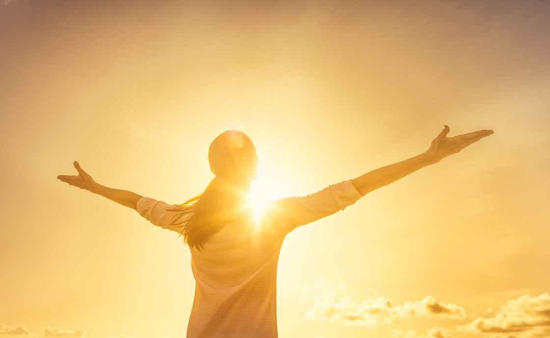 Kvinde mod solen arme ude lykkelig.jpg