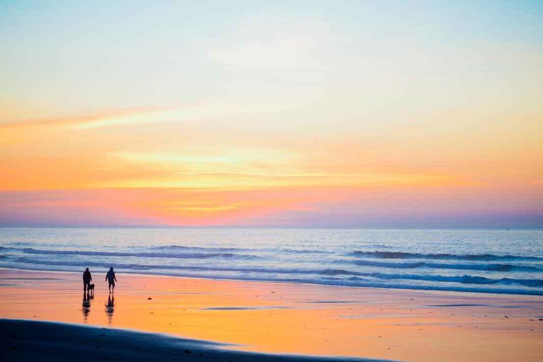 Couple sunset-beach-1082204_1920 (1)