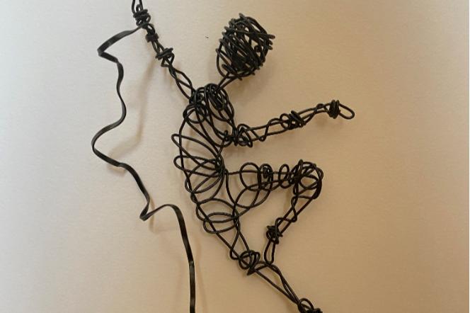 Black wire sculpture dancer on wooden block stand (10x3x24cm)