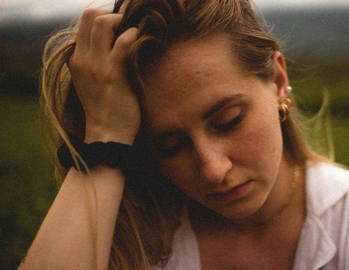 Bekymret kvinde - www.livsbevidsthed.dk